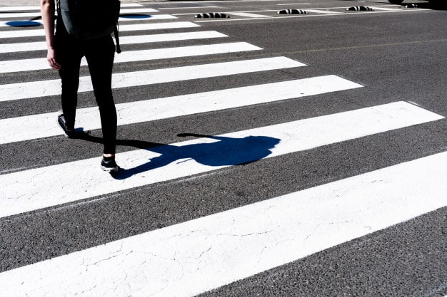 chica-paso-peatones